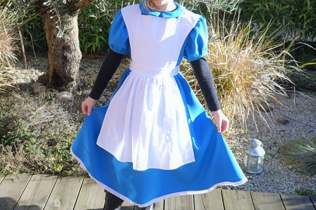 d7cc95d814a Costume inspiré de la robe d Alice aux pays des merveilles (version  Disney). Le costume est composée d une robe bleue et d un tablier blanc.